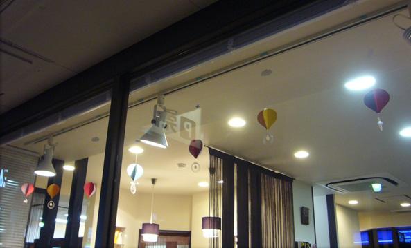 美容室「髪飛&南風」モビール展示。
